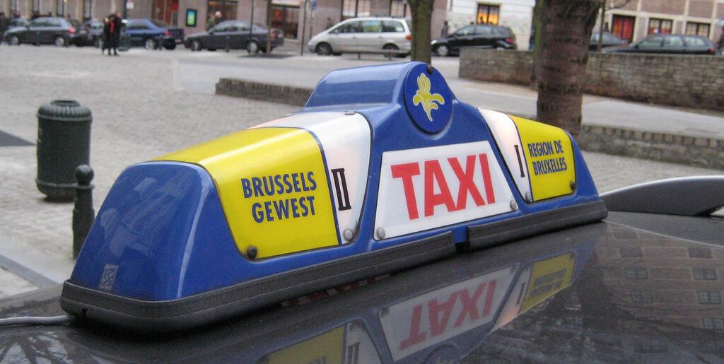 Emblème jaune et bleu des taxis bruxellois